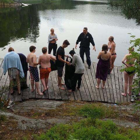 Ungdomar badar på I SAY NO DRUGS 112-sommarläger