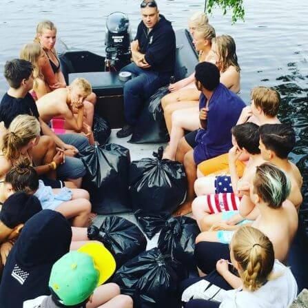 Ungdomar i båt på I SAY NO DRUGS 112-sommarläger