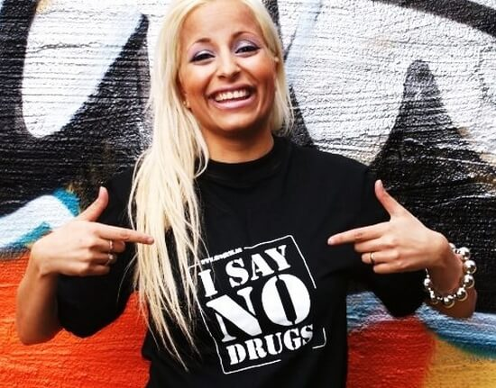 Norsk bloggerska med svart t-shirt från I SAY NO DRUGS