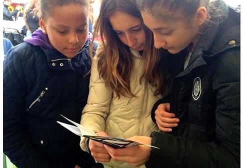 Barn läser utbildningsmaterial om droger, I SAY NO DRUGS