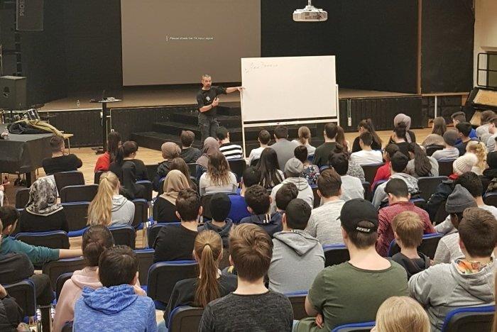Alex Breeze håller en drogföreläsning för elever i norra Sverige