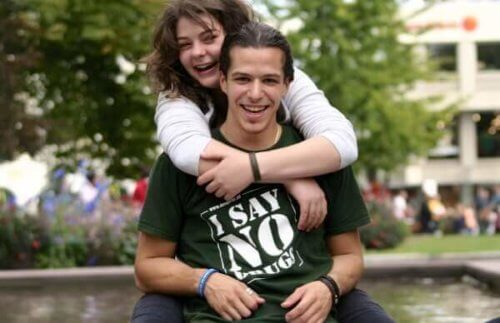 Bild på kille och tjej med en I SAY NO DRUGS t-shirts
