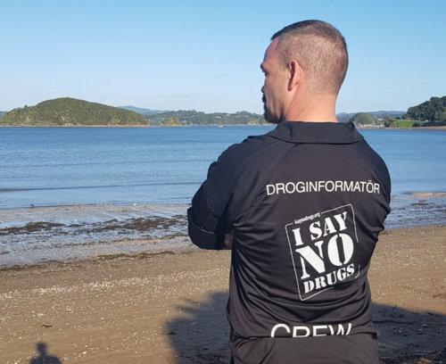 Nya Zeeland tar emot Alex Breeze, I SAY NO DRUGS, här vid en fin havsutsikt.