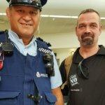 Alex Breeze, I SAY NO DRUGS, på uppdrag i Nya Zeeland. Här tillsammans med en polis.